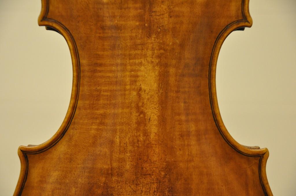 violine-fuessen-boden-ecke