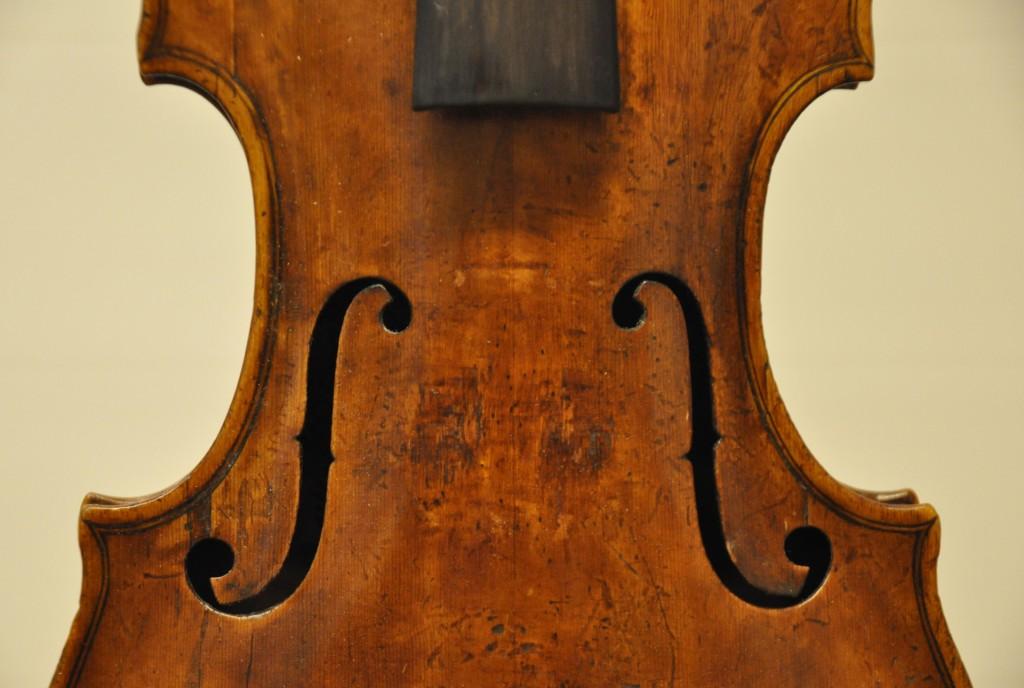 violine-fuessen-schalloecher