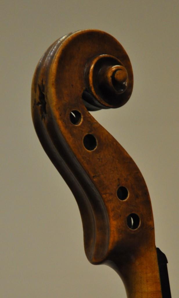 violine-fuessen-schnecke-seitlich-bass