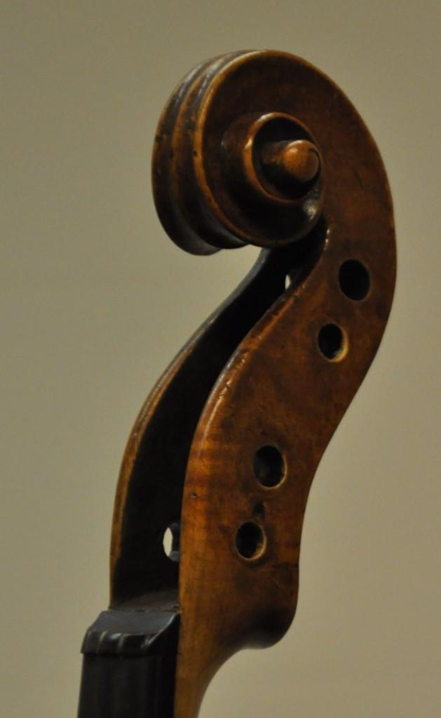 violine-fuessen-schnecke-seitlich-diskant-1