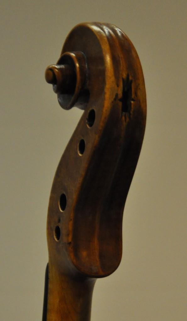 violine-fuessen-schnecke-seitlich-diskant