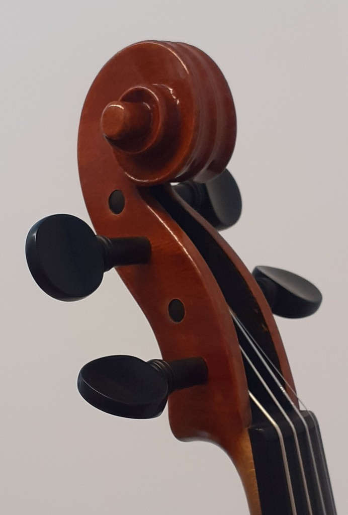 violine-maggini-klein-schnecke-schraeg-seitlich-1